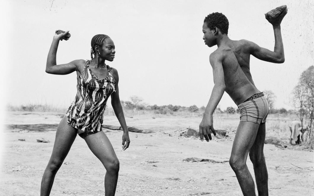 Malick Sidibé - Combat des amis avec pierres